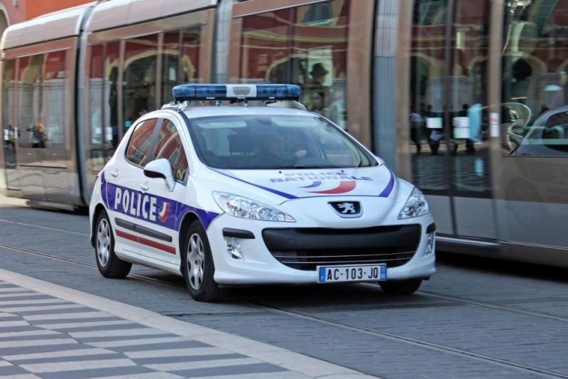 Френската полиция простреля мъж, въоръжен с нож, който нападнал служители