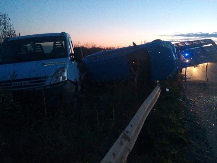 Снимка: Автовоз с три коли се обърна край Бургас, шофьорът избяга /снимки/