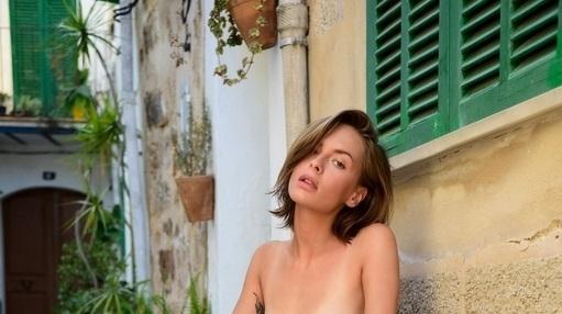 Оливия Пелцер е дамата с ананаса, на самотен плаж, без