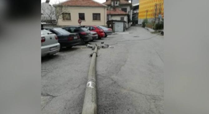 Стълб на уличното осветление се стовари на улица в Стара