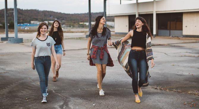 Жените са по-привлекателни в група, отколкото сами, установиха учени от