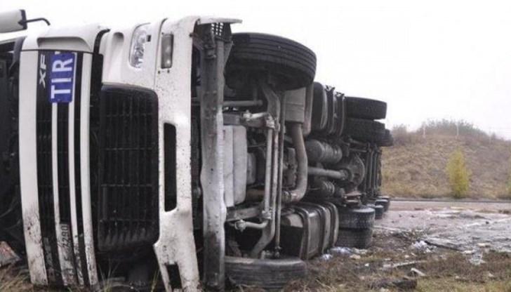 Пътно транспортно произшествие с товарен камион ограничи в следобедните часове