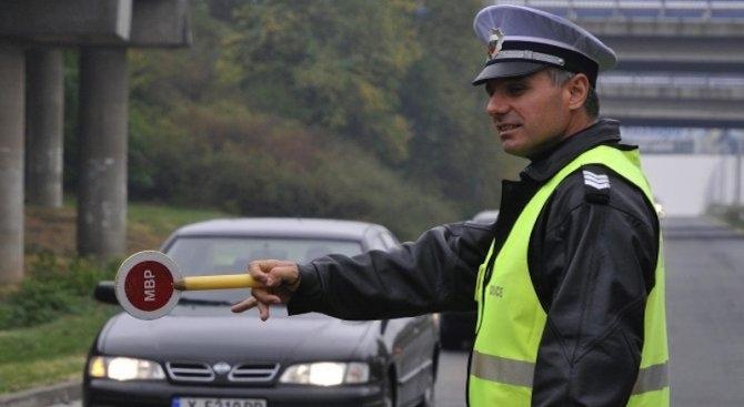 Полицаи са заловили неправоспособен зад волана на кола с чужди