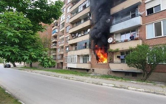 """Голям пожар бушува в апартамент в Мездра, съобщи """"Медианюз"""". Огненият"""