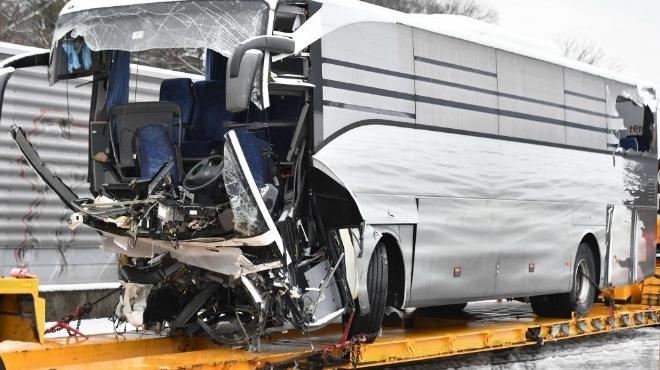 Тежка катастрофа с автобус завърши с един загинал и 44