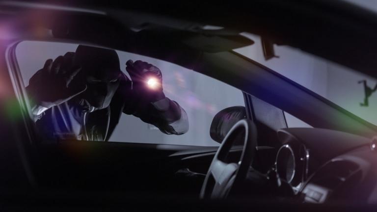 Неизвестен апаш е откраднал 1600 лева от лек автомобил във