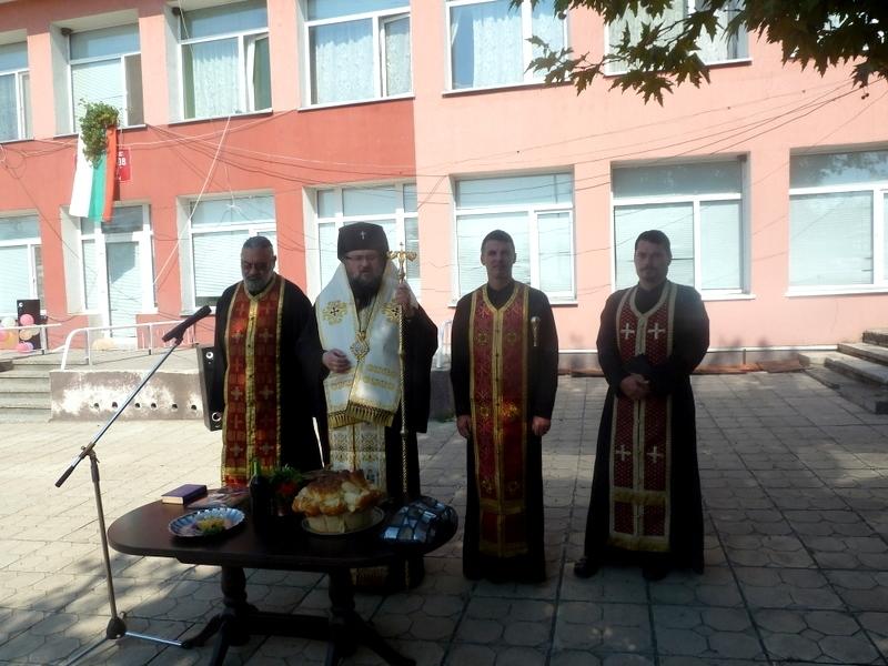 Врачанският митрополит Григорий посети днес Центъра за настаняване от семеен