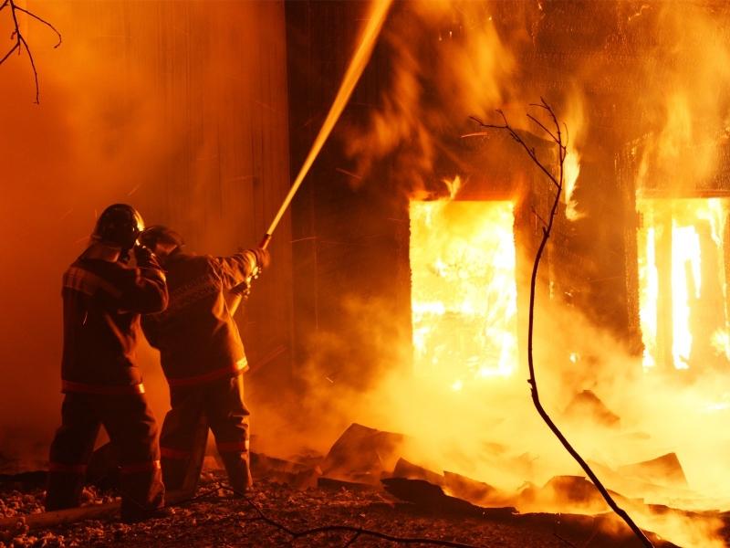 Огнен ад! Подпалиха селскостопанска сграда във Видинско