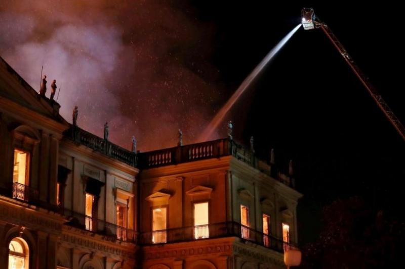 Огромен пожаропустоши прочутия Национален музей наРио де Жанейро, предадоха Асошиейтед