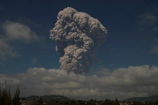 Вулканът Синабунг на индонезийския остров Суматра изхвърли пепел и гореща