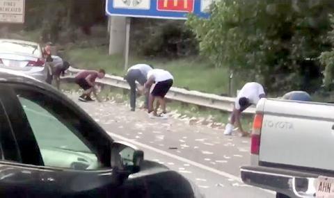 Брониран камион разсипа пари на магистрала и блокира трафика