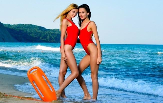 Не една, а две горещи спасителки на плажа бдят за