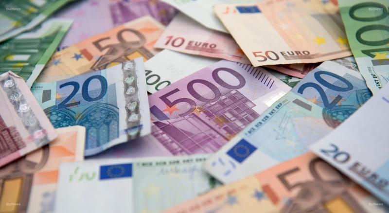 Брюксел маха лева и въвежда еврото