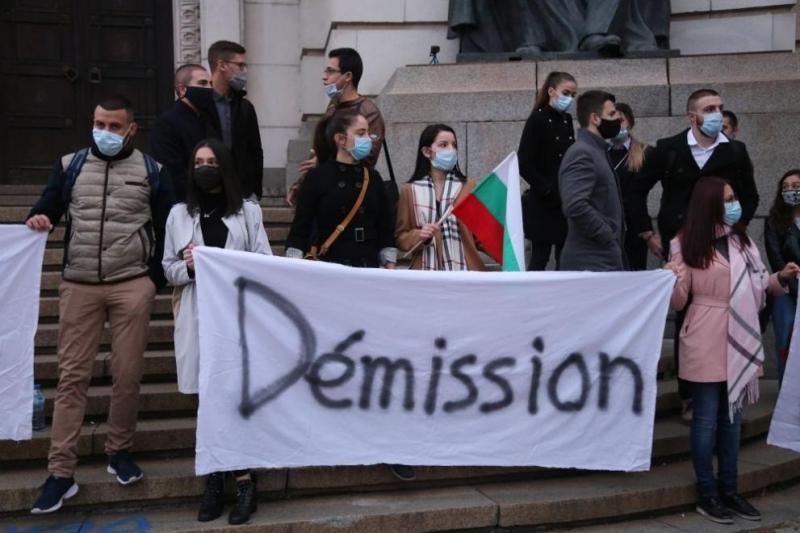 Примката около властта се затяга: Студентите излязоха на протест пред Софийския университет