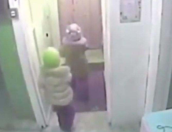 Две деца избягаха от детска градина в Русия при температура