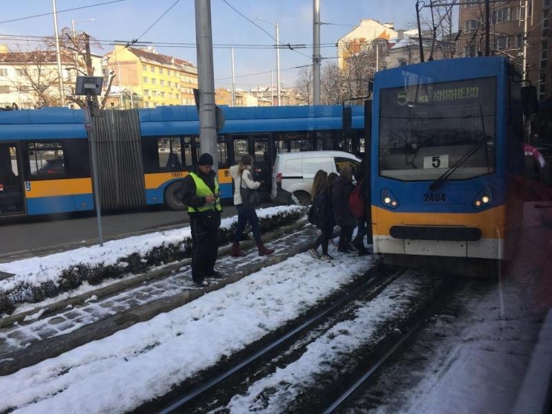 Кола се заби в трамвай на кръговото кръстовище при Руски паметник /снимка/