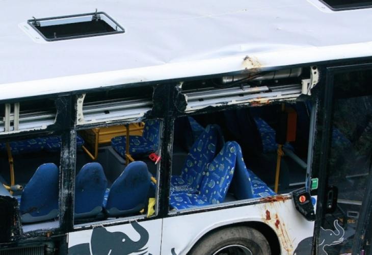 Трима души загинаха и 18 бяха ранени при катастрофа на
