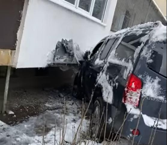 Джип се е забил в блок в София, съобщиха очевидци.