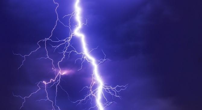 Силни бури, съпроводени от проливни дъждове и поривисти ветрове, връхлетяха