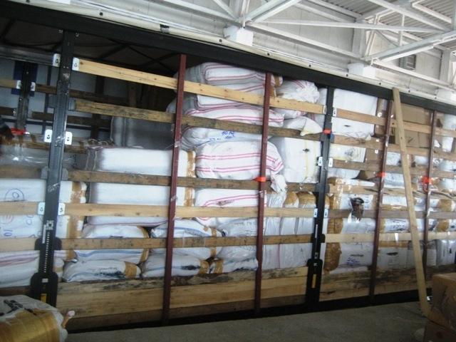 Митнически служители задържаха 17 266 текстилни изделия с надписи и