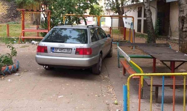 Врачанин е зарязал колата си на детска площадка и е