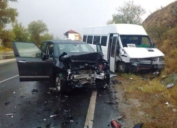 Трима души са пострадали тази сутрин при катастрофа между микробус