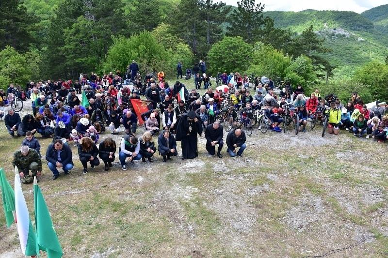 Стотици ботеви поклонници се стекоха на връх Околчица, за да