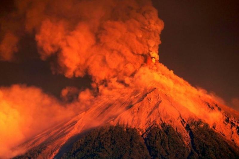 Вулканът Фуего в югозападната част на Гватемала изригна мощно в