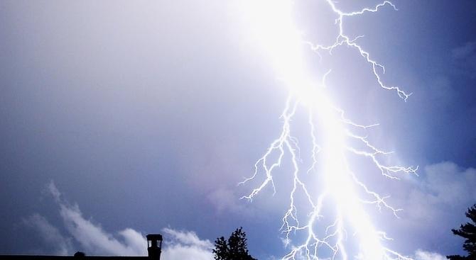 Силна гръмотевична буря, придружена от пороен дъжд, създаде затруднения на