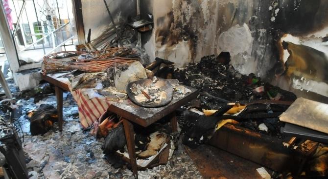 Снимки от мястото на пожара в Бургас, при който е