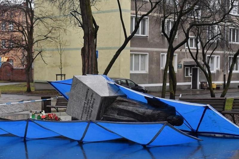 Трима полски активисти са съборили статуята в Гданск на свещеник