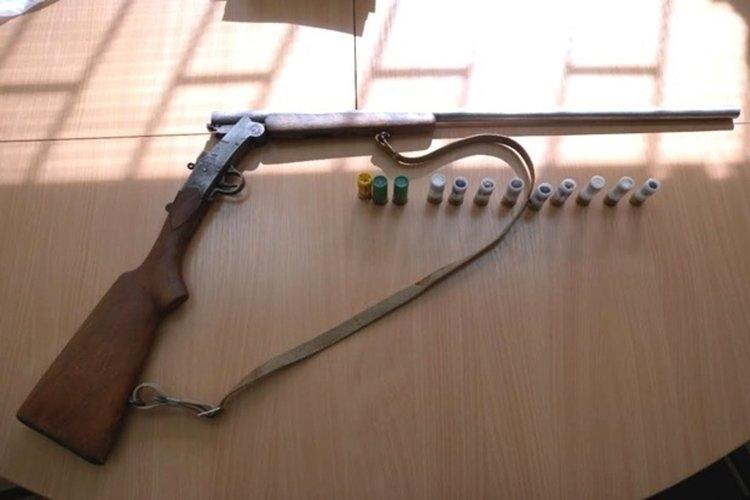 Полицейски служители са намерили незаконна пушка и боеприпаси в къщата