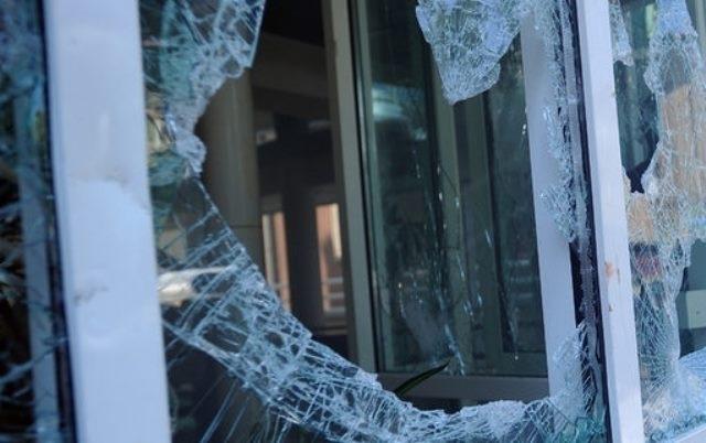 Млад мъж е счупил стъкло на хлебопекарната в Кула, съобщиха