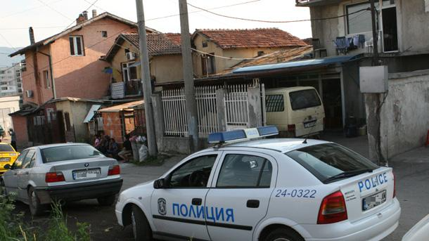 Полицаи тарашиха дома на млад мъж в Бяла Слатина, откриха