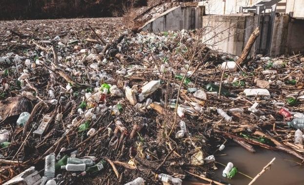 Повече от 10 декара отпадъци бяха довлечени след обилните дъждове