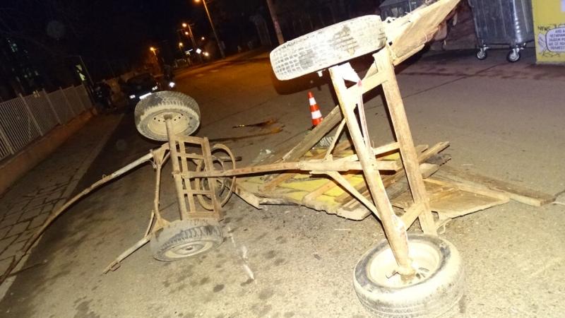 Каруцасе блъсна в паркиран лек автомобил и се преобърна, след