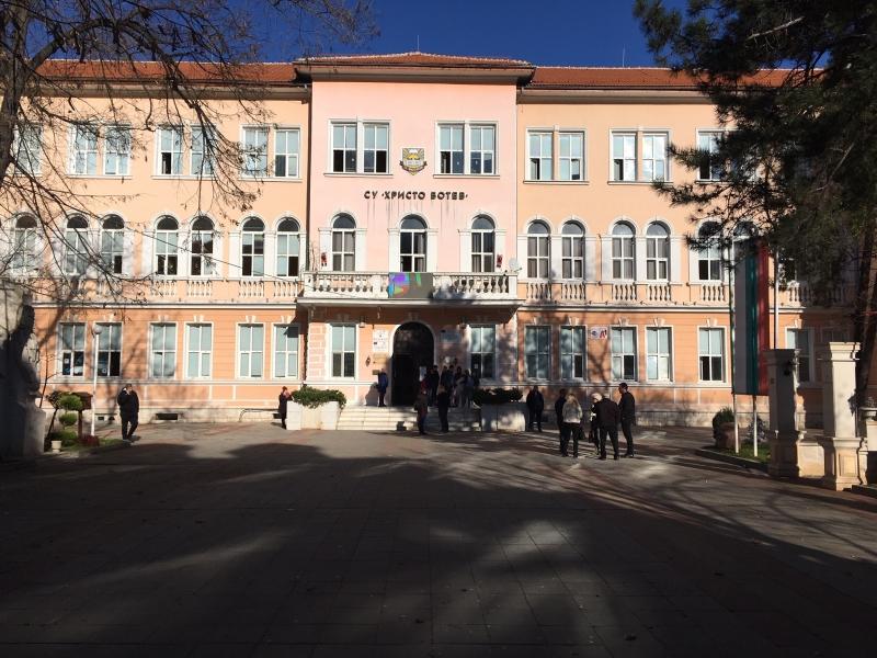 "Ден на траур е обявен във врачанското училище ""Христо Ботев""."
