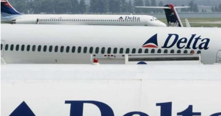 Снимка: Хаос, сблъсъци и полиция заради 7-часово закъснение на полет