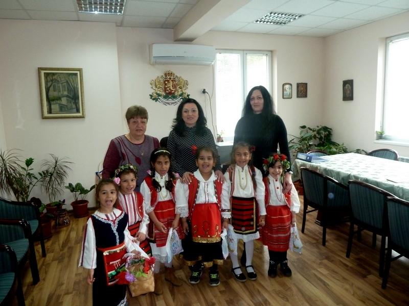 Малки лазарки от филиала в село Нивянин на детска градина