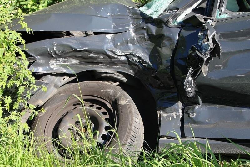 Пиян водач на влекач се заби в лека кола на