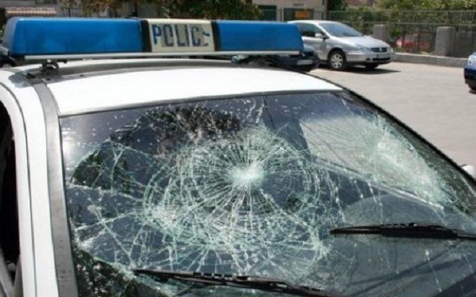 Полицейски автомобил е пострадал при потушаването на масов бой в