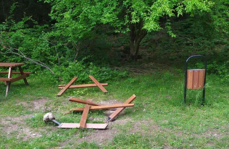 Община Берковица показа поредната вандалска проява, извършена в града. Пейка,