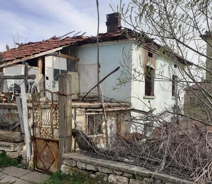 Обявиха дарителска кампания за семейство от Девене след голям пожар,