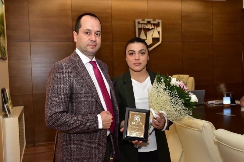 Калин Каменов награди европейската шампионка по борба Мими Христова /снимки/