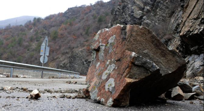 Падащи камъни едва не убиха семейство на пътя на Искърското