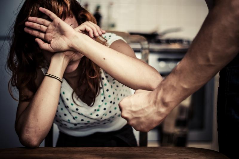 Снимка: Мъж преби приятелката си, закани й се с убийство