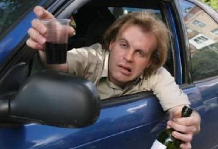 Служители на реда са хванали пиян мъж да управлява колата