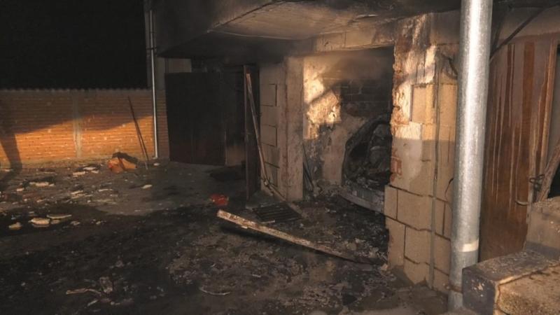 Кола изгоря в гараж в Лом, съобщиха от пресцентъра на