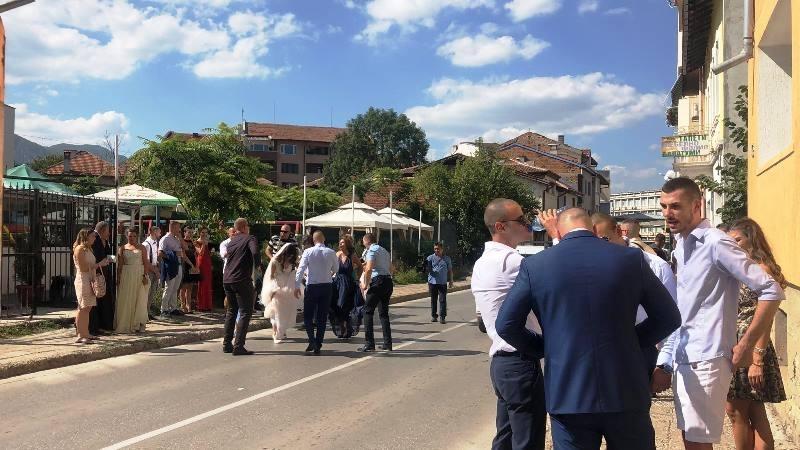 Враца, петък следобед: Сватбари затвориха централна улица, вижте кои са бракуваните /снимки/