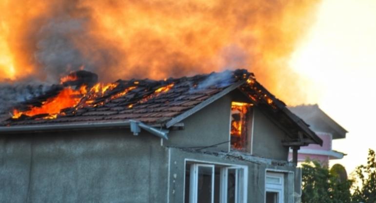 Къщата на 27-годишен мъж от Монтана пламна вчера по обяд,